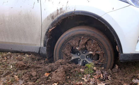 Cars in the mud at the spring offroad Imagens