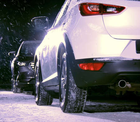 Two cars opposite on the road at heavy snow conditions in the night time Stockfoto