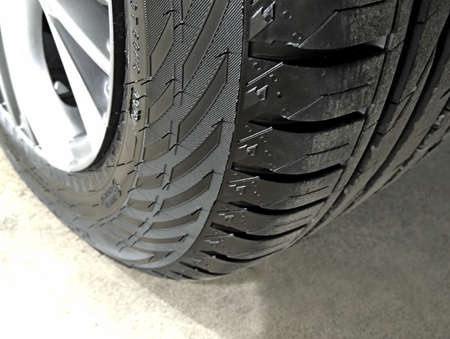 Overhead view of cleaned car tire on the concrete floor close up Stockfoto