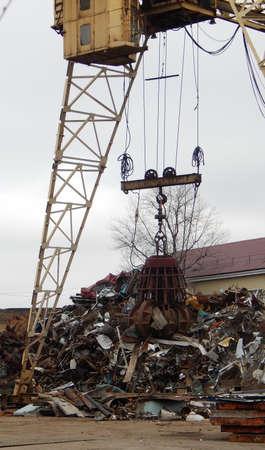 Gantry Crane Grabber Loading Scrap Metal Stockfoto