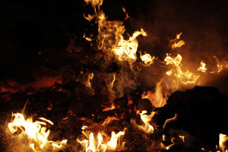 Unsorted waste utilization in fire flame Stockfoto