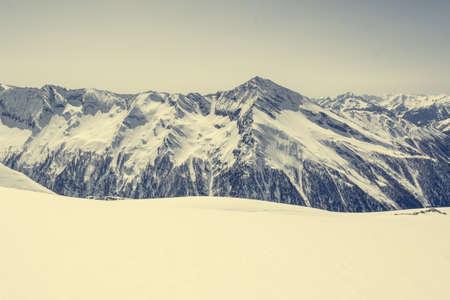 Schnee bedeckte Hang vor Bergrücken, Blick vom Ankogel, Österreich Standard-Bild