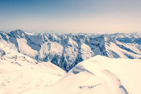 monta�as nevadas: Canto de la monta�a cubierta de nieve, vista desde Ankogel, Austria Foto de archivo