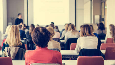 Publiek bij zakelijke conferentie. Mensen luisteren naar een lezing. Stockfoto