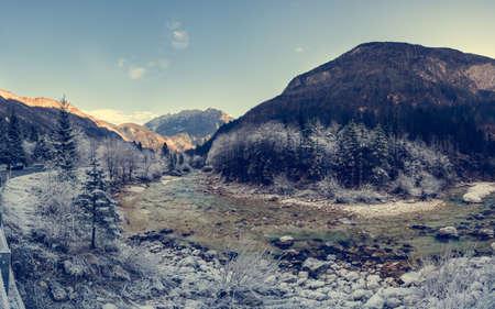 courbe de la rivière avec la forêt couverte de givre. Panorama d'hiver.