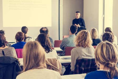 Person, die eine Rede anbietet. Publikum bei einer Konferenzpräsentation.