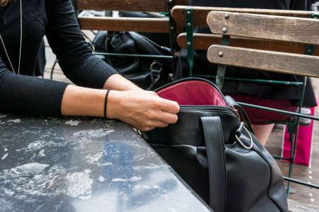 Weibliche Hände, durch eine Handtasche zu suchen. Suche nach Schlüsseln.