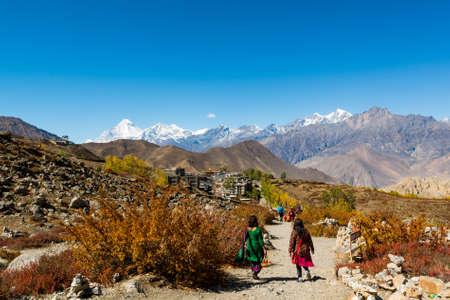 hindues: Las personas que desciende por un camino de tierra a Muktinath. lugar sagrado para los hindúes y budistas.