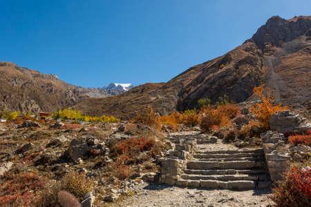 hindues: Los pasos que conducen hacia un lugar sagrado cerca de Muktinath. Lugar de culto para los hindúes y budistas.
