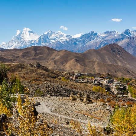 hindues: Dhaulagiri elevarse por encima de Muktinath. terreno sagrado para los hindúes y los budistas en Nepal.