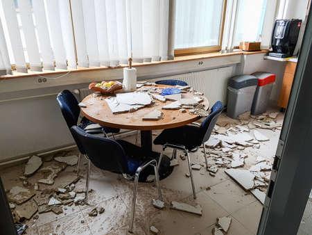 붕괴 된 천장에 의해 부엌을 망 쳤어. 스톡 콘텐츠