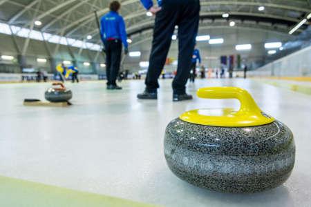 Curling stone sur une feuille de jeu. Banque d'images - 88219063