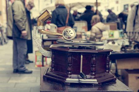 Rommelmarkt stand met veel oude items die worden verkocht.