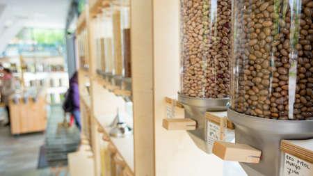 Distributeurs pour achats en vrac avec divers ingrédients sains encourageant un mode de vie zéro déchet.
