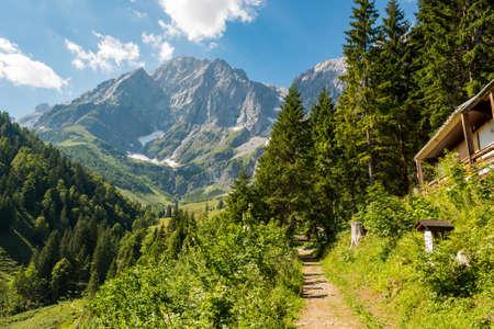 Pintoresco paisaje de montaña con majestuosas montañas elevándose.
