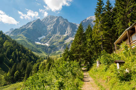 Pittoresco paesaggio di montagna con maestose montagne che si ergono alte.