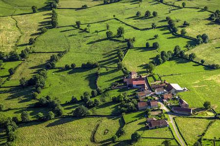 cenital: Vista aérea de la aldea, en Borgoña, Francia, Europa.