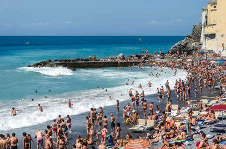 Camogli, Italië - 15 juli Crowdy strand met veel mensen op een zonnige zomerdag, 15 juli 2012 in Camogli, Italië