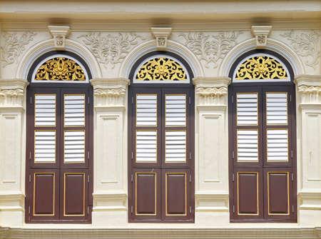 stucco facade: finestra d'epoca sul muro