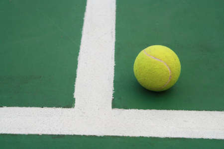 ball on tennis court photo