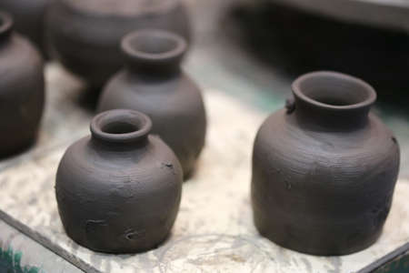 earthing: wet earthing pottery before oven, Thailand
