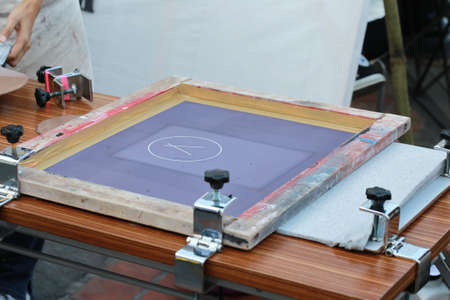 screen: preparing manual shirt screen print