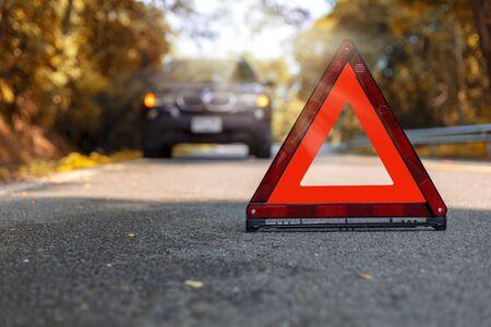 Triangle rouge, panneau d'arrêt d'urgence rouge, symbole d'urgence rouge et arrêt de voiture noir et stationnement sur route.