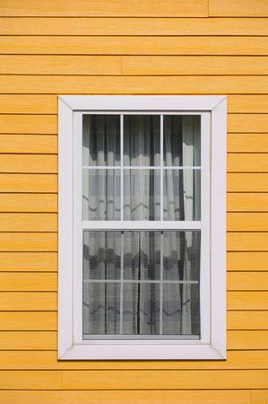 Een venster op de houten wand Stockfoto