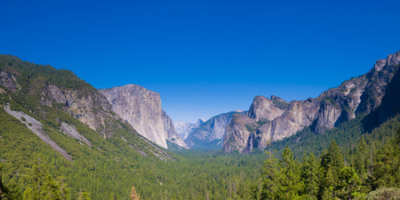 sierra nevada mountain range: Yosemite as seen from Tunnel Point