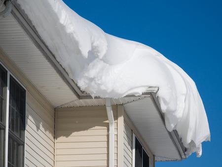 case moderne: Cumulo di neve sul tetto dopo due giorni di nevicate Archivio Fotografico