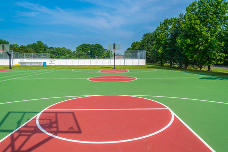 dia soleado: Cancha de baloncesto al aire libre en un día soleado