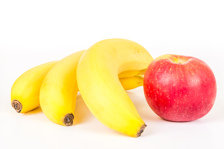 naranja fruta: Tres pl�tanos y manzana aislada sobre fondo blanco