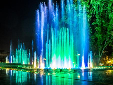 Kleurrijke muziekfonteinen in de late avond