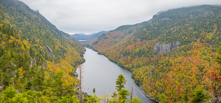 Cliff over Lower Ausable Lake in Adirondack Mountains Banco de Imagens