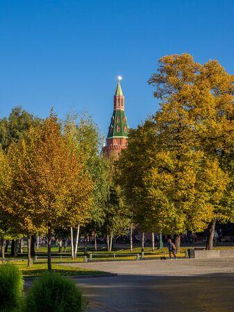 Inner garden of Moscow Kremlin during fall foliage season Stockfoto