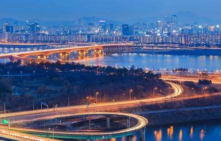 schlagbaum: Verkehrs der Stadt Seoul und der Br�cke und Fluss Han, S�dkorea. Lizenzfreie Bilder