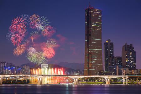 fireworks: Festival de fuegos artificiales y la ciudad de Se�l, Corea del Sur.