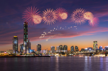fuegos artificiales: Festival de Fuegos Artificiales y la ciudad de Se�l, Corea del Sur. Foto de archivo