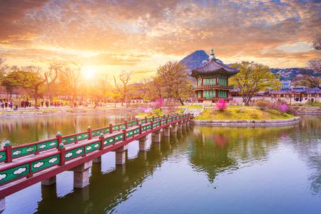 Gyeongbokgung Palast im Frühjahr, Südkorea. Standard-Bild - 74864709