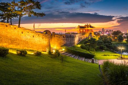韓国のランドマークと夕日、夕焼け、韓国華城、スウォンで伝統的な建築後公園。