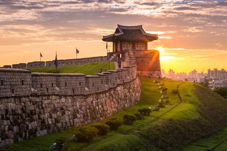 Korea-oriëntatiepunt en park na zonsondergang, traditionele architectuur in Suwon, Hwaseong-fort in zonsondergang, Zuid-Korea.