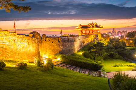 Korea landmark and park after sunset, Traditional Architecture at Suwon, Hwaseong Fortress in Sunset, South Korea. Banque d'images