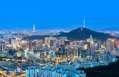 La ciudad de Seúl y la torre n seúl y los rascacielos, hermosa ciudad por la noche, Corea del Sur.