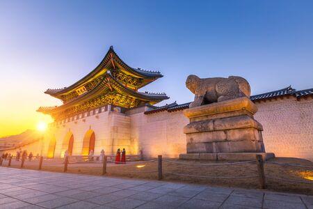 Gyeongbokgung Palace, front of Palace gate in downtown Seoul, South Korea. 版權商用圖片