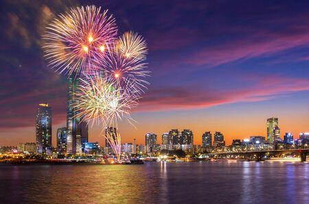 Festival dei fuochi d'artificio di Seoul nella città di notte a Yeouido, Corea del sud.