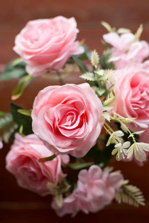 Beautiful pink roses on the old wooden table background Zdjęcie Seryjne