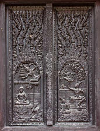 tallado en madera: talla de madera ventana en el templo, Tailandia