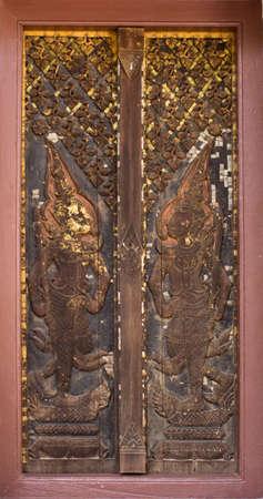 Tür Holzschnitzerei im Tempel, Thailand Standard-Bild - 27580854