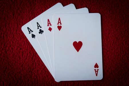 Vier Asse auf roten Hintergrund Standard-Bild - 27580863