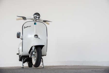 Bangkok, Thailand - 30 november: 1964 vintage witte Vespa Italiaanse ontworpen scooter is parkeergelegenheid in gebouw op 30 november 2014 in Bangkok, Thailand Redactioneel